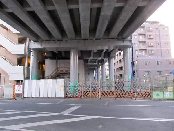 横浜方の踏切付近の橋脚は正規位置に支柱が完成した
