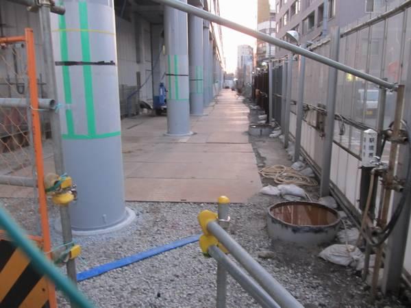 正規の位置に設置された支柱(左)と切断された仮設支柱の跡(右)