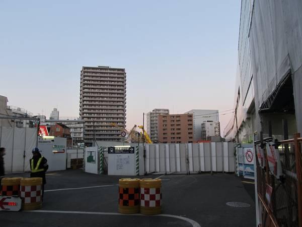西口駅前は再開発のためスーパーなどが無くなり更地となった。