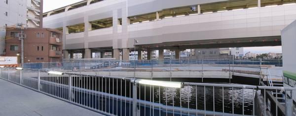 架け替え工事中の弾正橋。新しい橋は3車線に拡幅される。