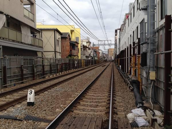 同じ踏切から大鳥居駅方向を見る。高架化工事中に設置されていたシーサスは撤去された。