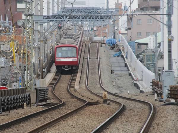 六郷土手駅のホーム端から見た切り替え箇所。右の空きスペースが本設下り線の敷設予定地。
