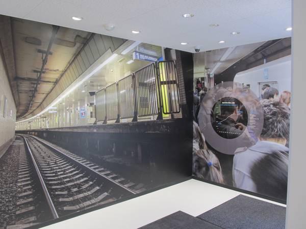 南砂町駅の乗降客数の推移と線路内の写真パネル