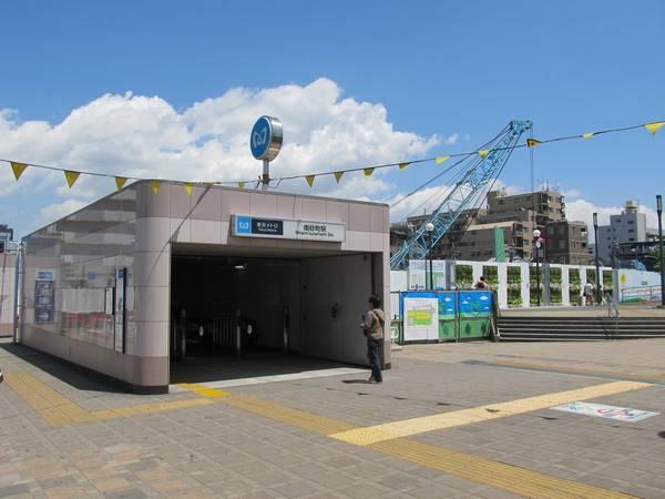 南砂町駅3番出入口。後ろでは地下の掘削工事が始まった。