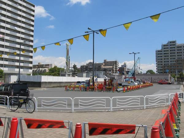 南砂町駅の駅前ロータリー。緑地帯や駐車スペースの一部が無くなり、工事用機材が置かれている。