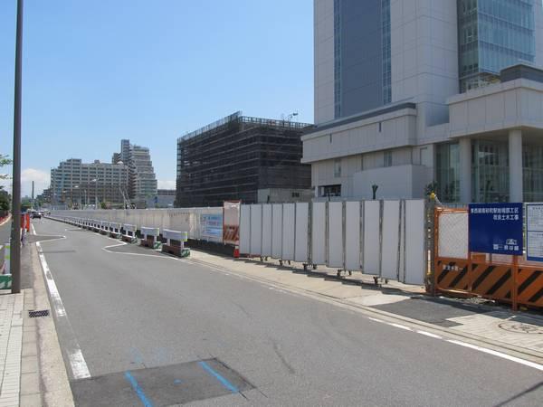 西側の駐車場跡地も重機は見られないが内部で掘削作業が進行中。