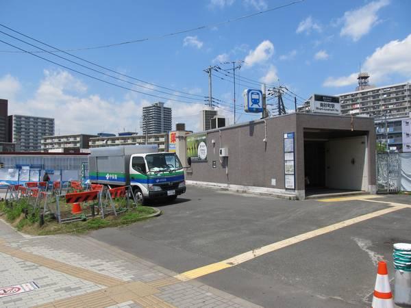 駅の西端にある1番出入口。後ろにあったコンビニは取り壊された。