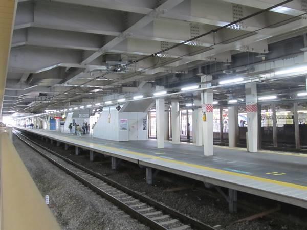 京成線上り0番線ホームから見た常磐線ホーム。