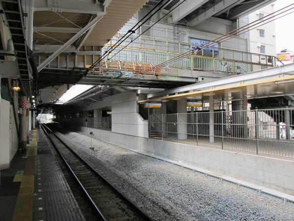 紅葉坂跨線人道橋は新しい線路と重なる支柱が撤去された。