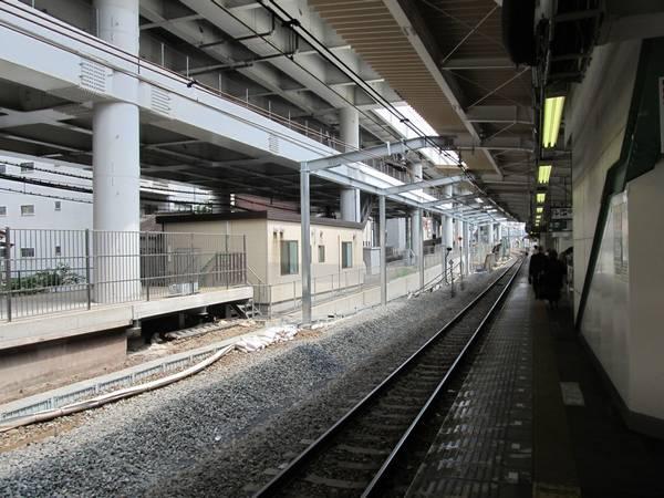 同じ場所から上野方面を見る。線路移設後に使用する新しい架線も設置済。