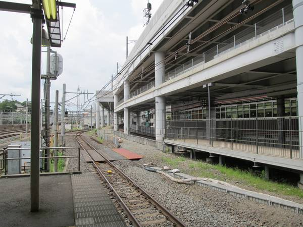 取手方のホーム端付近もケーブルトラフが京成線側に移設され、線路の移設スペースができ上がった。