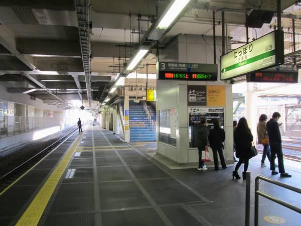拡幅された日暮里駅常磐線ホーム。上り線側は階段からホーム端まで十分な滞留スペースが生み出された。