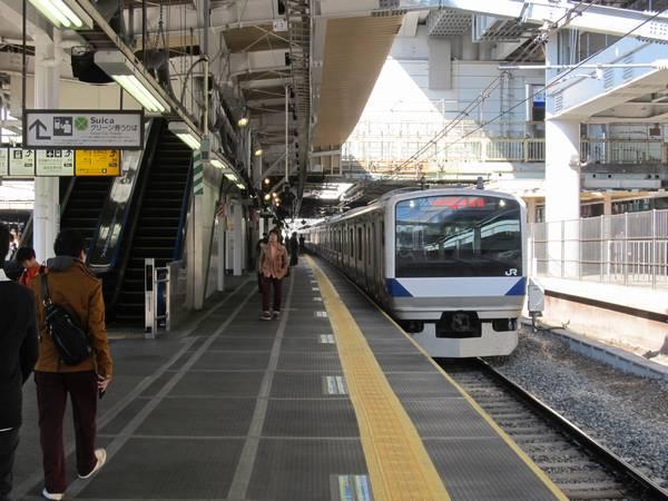 上野方から3番線に到着する上り列車を見る。新上り線は跨線橋の支柱の跡に敷設された。