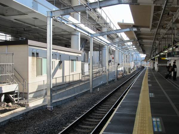 ホーム上野方の屋根支柱と新上り線の位置関係。