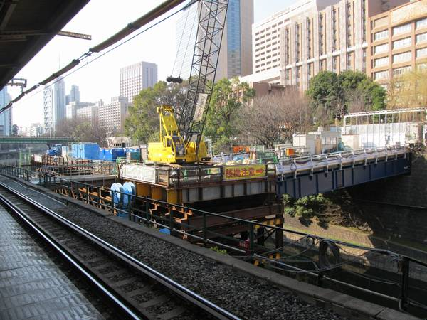 JR御茶ノ水駅脇に設置された改良工事用の仮設桟橋