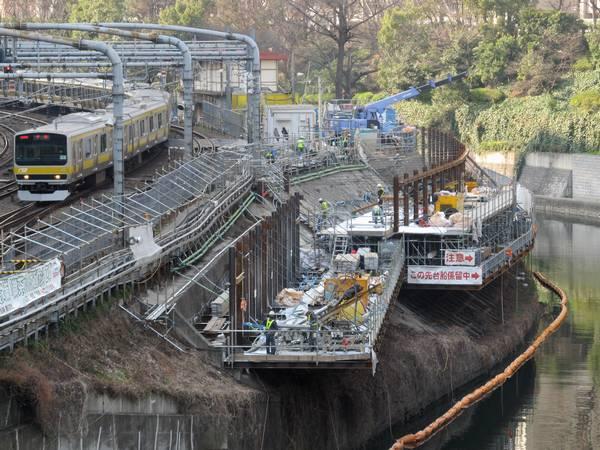 新宿方の神田川護岸で行われている擁壁補強工事