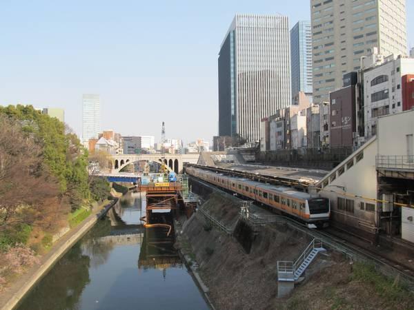 お茶の水橋から見た神田川とJR御茶ノ水駅