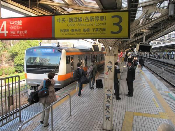 JR御茶ノ水駅のホーム。快速線と緩行線が方向別になっており、通常数分の待ち時間で乗換可能。