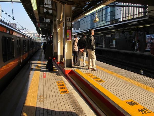 列車の長編成化に伴い、東京方は立体交差の途中にホームが造られており、両側で段差がある。