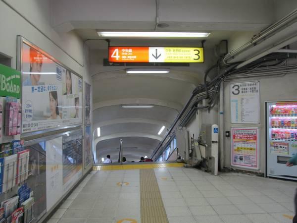 駅周辺の医療機関に近い御茶ノ水橋口側の階段。現在は車椅子用リフトを設置して暫定的にバリアフリーに対応している。