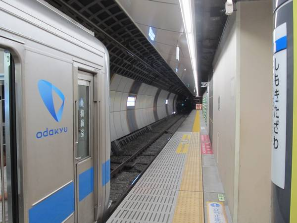 下北沢駅地下ホーム