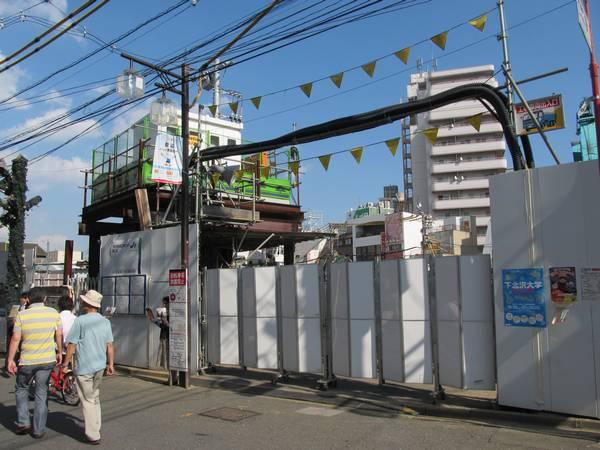 解体された下北沢駅橋上駅舎の跡地。