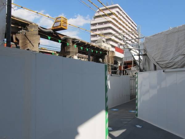 その先は小田急線の旧地上線路跡を横断する。