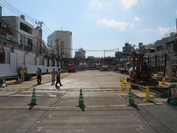 下北沢駅の新宿寄りにある旧東北沢6号踏切から地上ホーム跡を見る