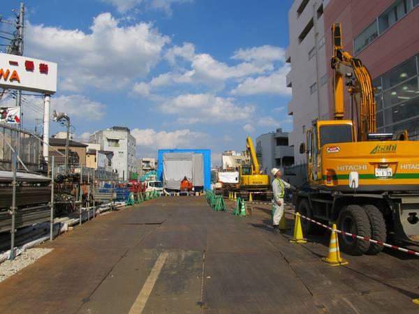 同じ場所から新宿方面を見る。軌道桁は撤去され、トンネル上部は土で埋められた。