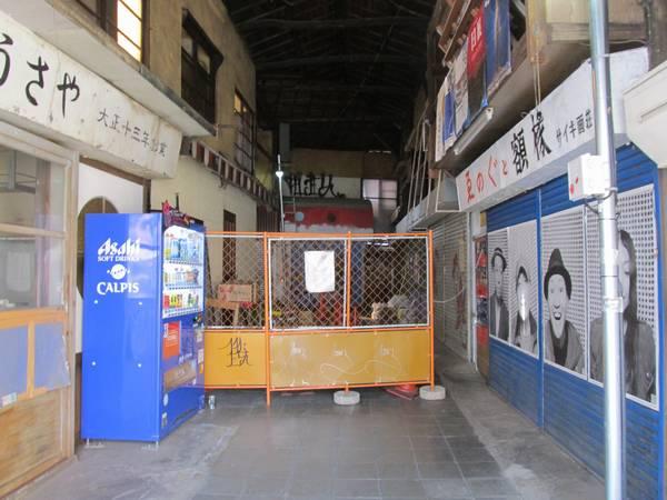 駅の北側にある食品市場は再開発のため大半が閉鎖となった。