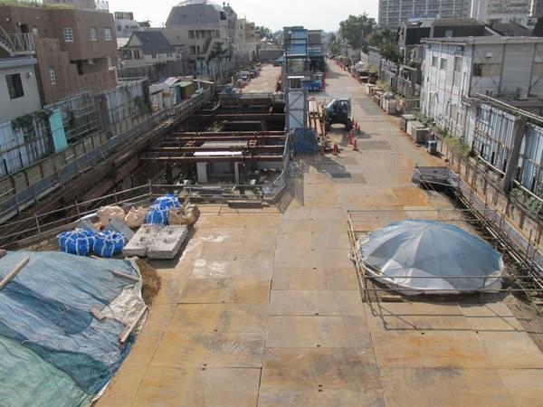 新宿寄りの歩道橋から旧地上ホーム跡を見る。トンネルの一部はまだ埋め戻しの最中。