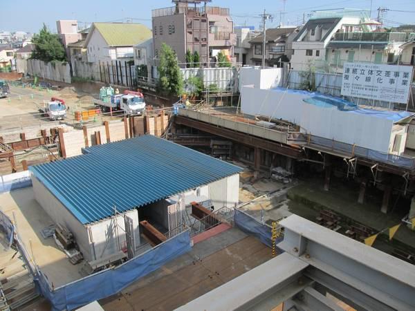 新宿寄りの歩道橋から新宿方面を見る。線路は撤去され、緩行線のトンネル建設が開始されている。