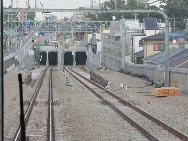 梅ヶ丘→世田谷代田の上り列車の前眼展望。両側にあった地上の線路は撤去された。