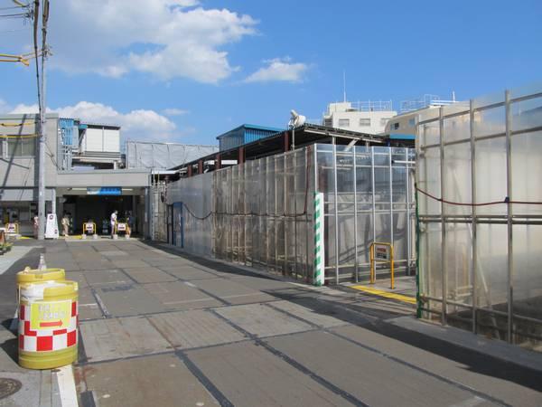 東北沢駅の仮設駅舎と旧線路跡を横断する南北通路