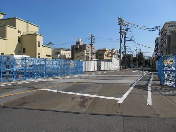 東北沢駅の新宿寄りを通る都道鮫洲大山線の踏切跡。