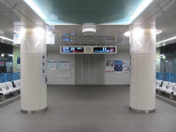 東北沢駅地下ホームの小田原寄り。発車案内板の使用が開始された。