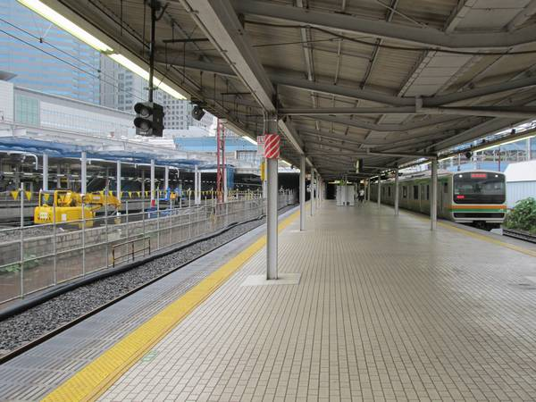 東海道線上りホーム5・6番線と改築中の臨時ホーム7・8番線