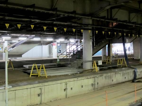 7・8番線ホーム中央の階段は幅が狭くなり、エスカレータピットが設置されている。