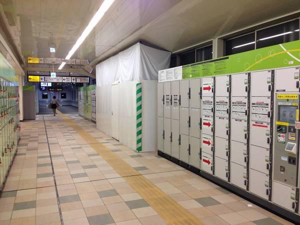 7・8番線横浜寄りのホーム端真上の通路はコインロッカーが一部撤去され、エスカレータ・エレベータの開口部を作る工事が行われている。