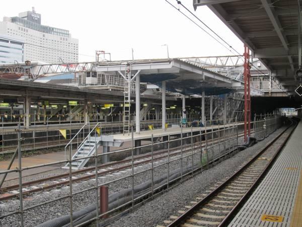 臨時ホーム9・10番線の横浜寄りの端から改築中の7・8番線のホーム端を見る。