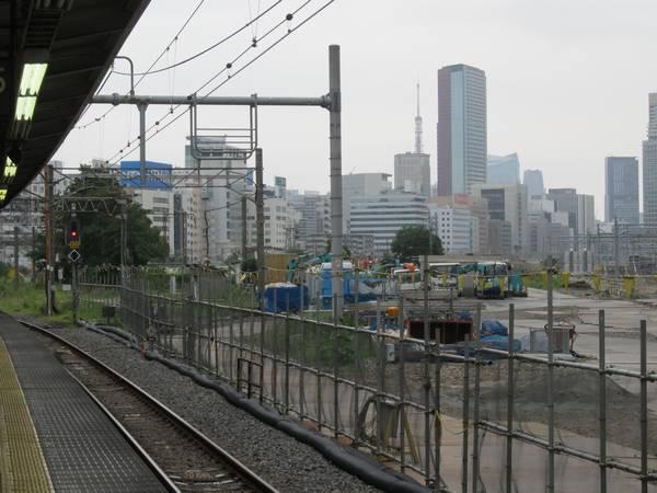 品川駅5・6番線ホームから見た旧田町車両センター跡地。検修庫はほとんどが取り壊された。