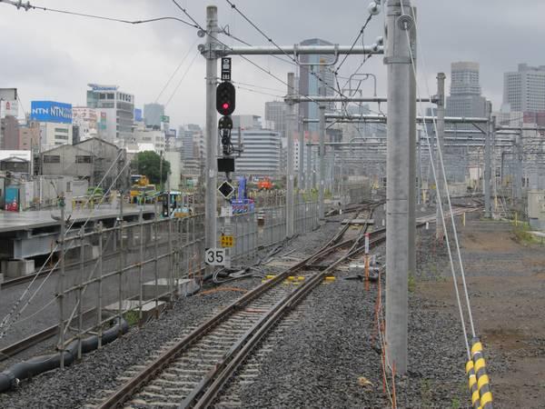 臨時ホーム9・10番線の端から東京方面を見る。左の7・8番線のホーム端はやや先にある。