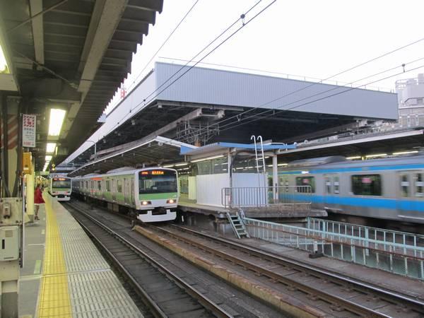 大屋根の設置が進む新橋駅