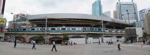 西側のSL広場から見た大屋根展開中の新橋駅。