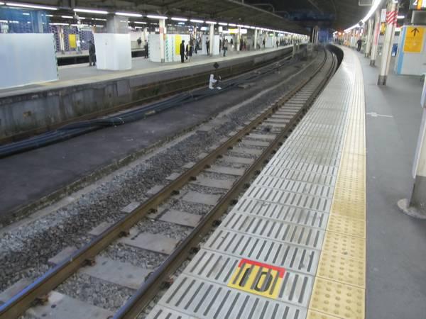 昨年4月に拡幅された東海道線上り2番線ホーム。軌道の固定や笠石の仕上げが完了した。