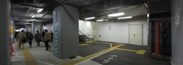 コンコースの突き当たりに東海道線ホームへ上がるエレベータ。Uターンすると階段・エスカレータ。