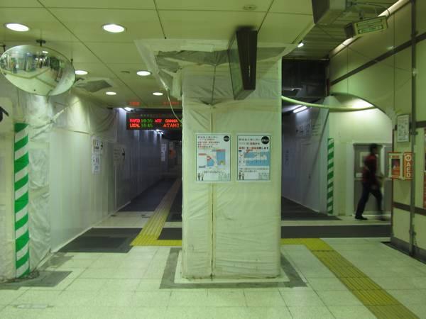 銀座口から東海道線ホーム中央の下まで拡張されたコンコース。