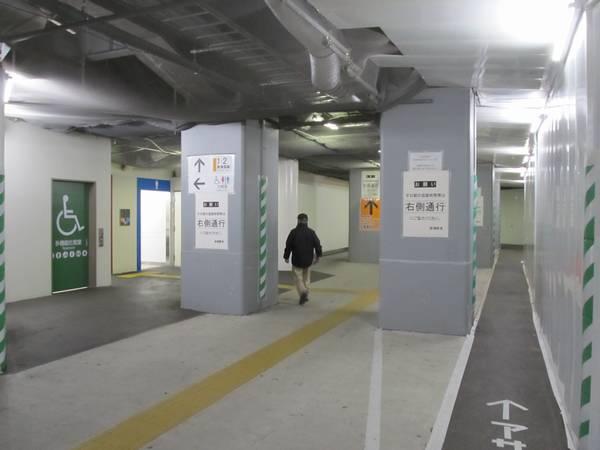 途中には日比谷口付近からトイレが移設されている。