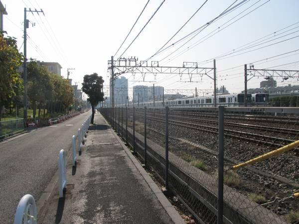 浅草方の上り線側の側道から日比谷線の車両基地を見る。画面左端では側道の移設工事が行われている。