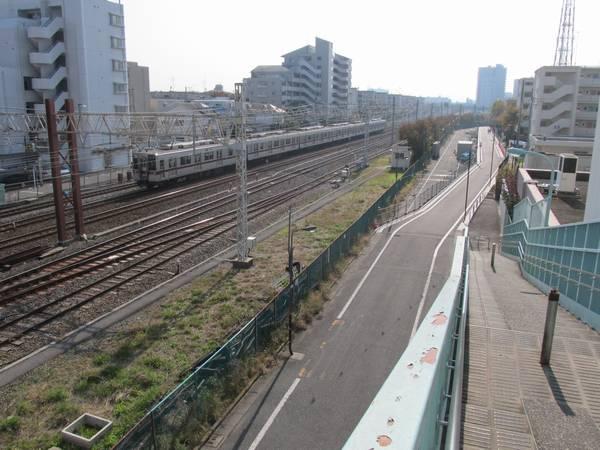 浅草方にある歩道橋から西新井駅方向を見る。画面右端で側道の移設が行われている。